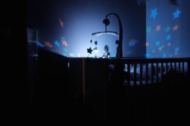 Jak wyposażyć łóżeczko dla noworodka?